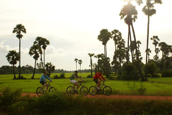 På cykel ved Angkor Wat