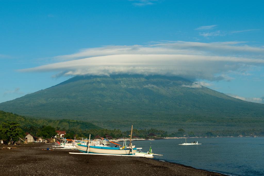 Strand ved Candidasa med Mount Batur i baggrunden